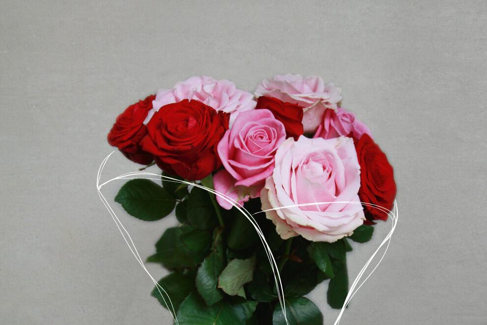 Bukett med rosor och ett skissat papper runt.