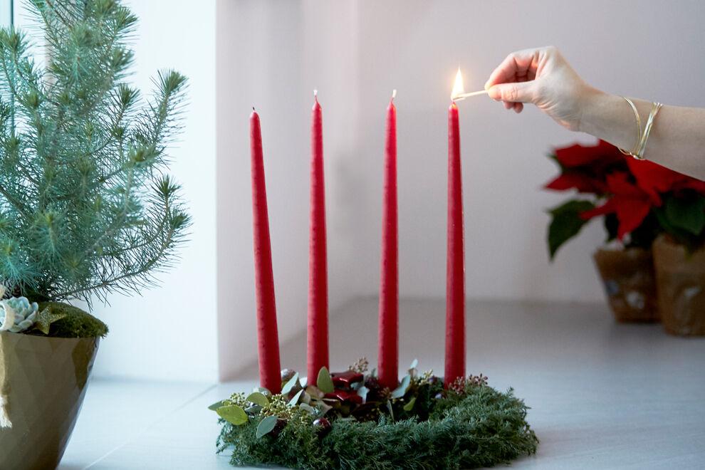 Adventskrans med fyra röda ljus